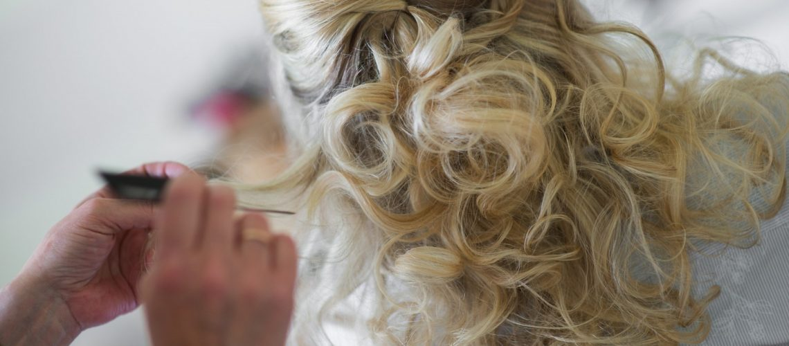 woman-stylist-hairdresser-making-hairstyle-to-blonde-girl-open-workshop-master-class-of-hairdressing_t20_2w0kkZ